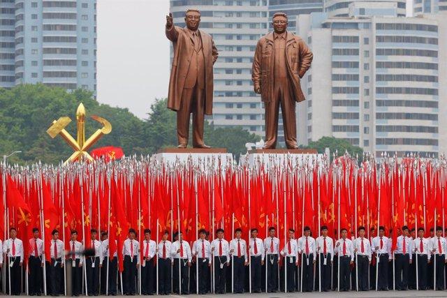 Desfile en Pyongyang al término del congreso del Partido de los Trabajadores