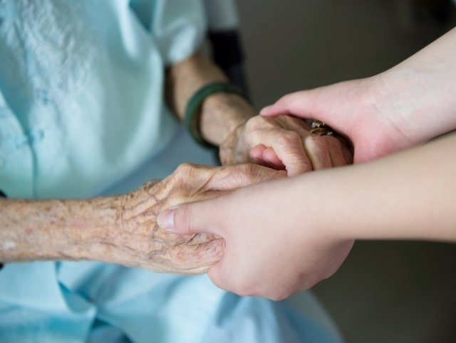 Empatía, señora mayor, anciana, manos