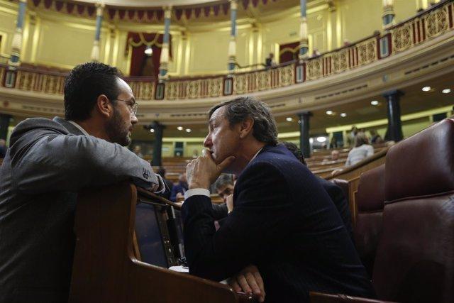 Rafael Hernando y Antonio Hernando hablando en el Congreso