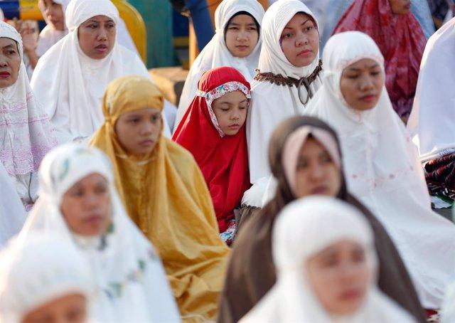 Mujeres durante un acto religioso en Yakarta