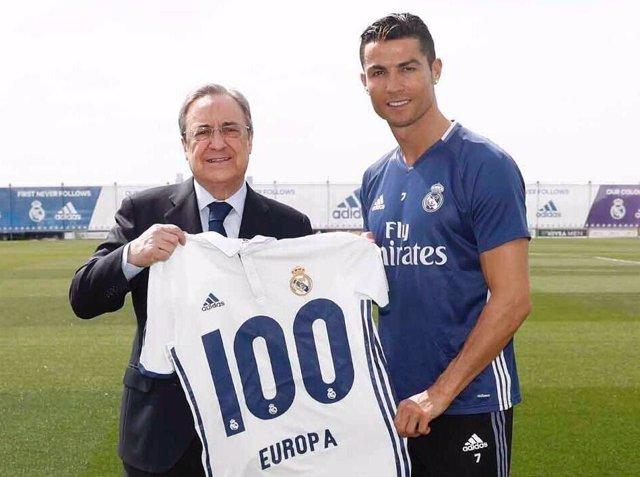 Cristiano Ronaldo recibe una camiseta con los 100 goles de su récord europeo