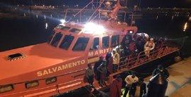 Trasladadas a Barbate 62 personas rescatadas de una patera al sur del Faro de Trafalgar