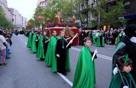 Mil cofrades en la procesión del Santo Entierro en Santander