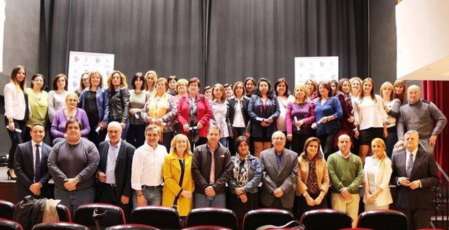 Los 27 auxiliares de Ayuda a Domicilio con sus certificados de profesionalidad.