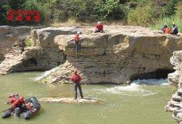 Bomberos Realizan Un Rescate En Un Río