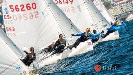 La tripulación de Clara Llabrés, regatista del Club Nàutic s'Arenal, campeona de España en 420