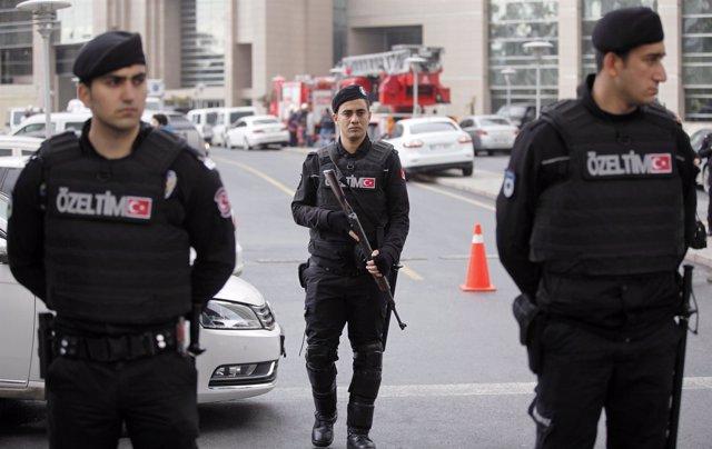 Policías turcos en Estambul