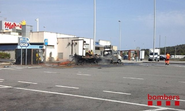 Incendio de un camión que transportaba fruta y verdura en Tarragona