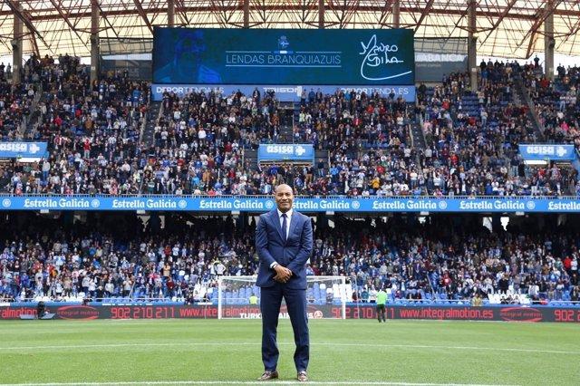 Mauro Silva en su regreso al ser homenajeado en Riazor