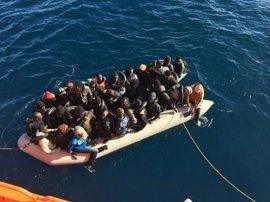 Llegan a Almería 33 personas rescatadas de una patera a la deriva en Mar de Alborán