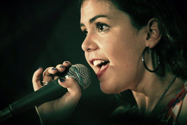 Mujer cantando, voz