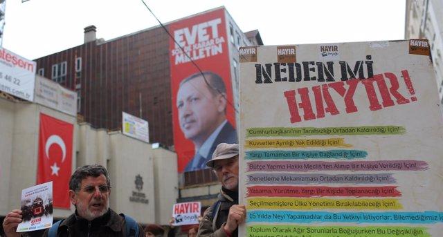 Partidarios del 'no' en Turquía y cartel por el 'sí'