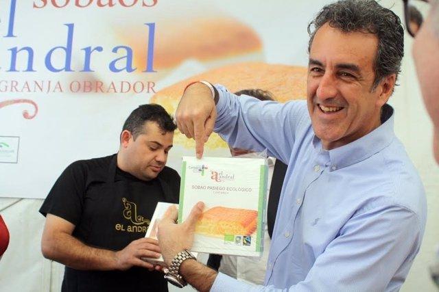 Francisco Martín, consejero de Turismo, en la I Feria del Sobao y la Quesada