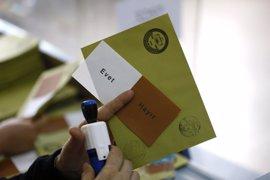 Erdogan y el primer ministro Yildirim depositan su voto en el referéndum de Turquía