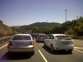 Comienzan los atascos: 2 km en Torrelavega hacia Vizcaya
