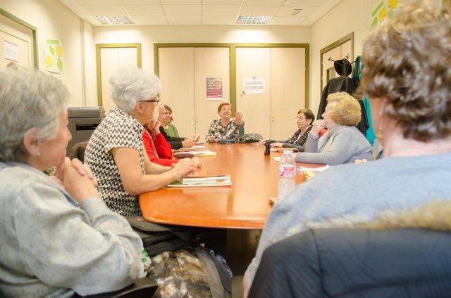 Personas mayores, reunión de jubilados, charlas de jubilados, lectura, lectores