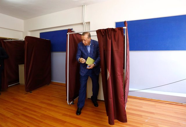 El presidente de Turquía, Recep Tayyip Erdogan, vota en el plebiscito de 2017