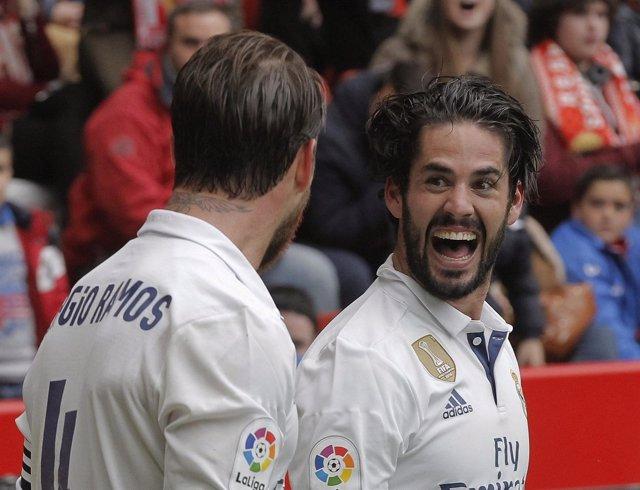 Isco celebra un gol con Sergio Ramos