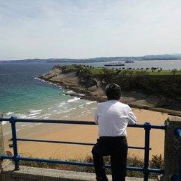 Revilla, en la playa de Mataleñas, se queja del pronóstico del tiempo en S.Santa