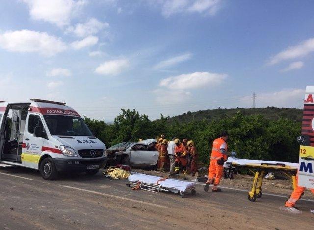 Los efectivos de bomberos han rescatado el cuerpo por el capó
