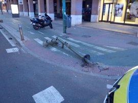 Un motorista sin casco da positivo en alcohol tras estrellarse contra un semáforo en Sevilla