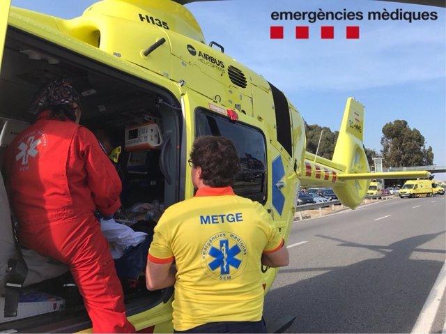 Helicóptero del SEM atendiendo a un herido