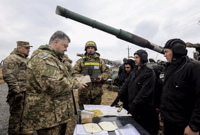 El presidente de Ucrania, Petro Poroshenko, visitando a las tropas en el este