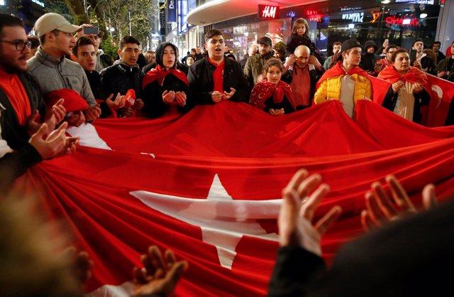 Personas turcas, en Alemania, celebran el referéndum celebrado en Turquía