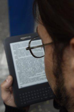 Un Hombre Lee En Un Ebook
