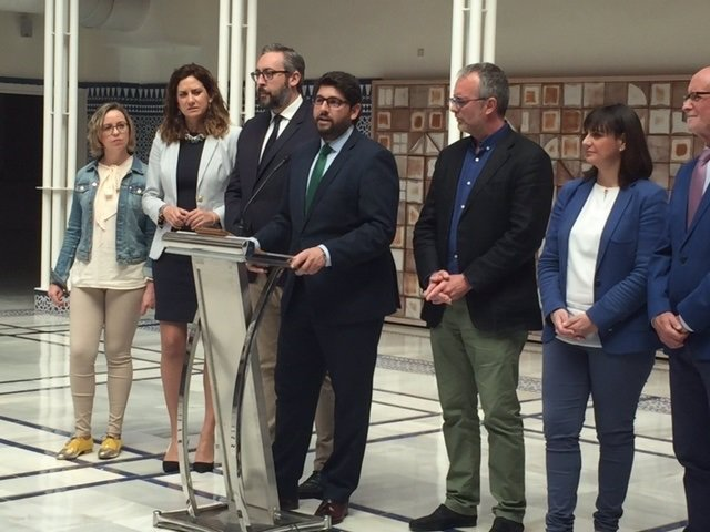 López Miras, rodeado de otros parlamentarios del PP, durante la presentación