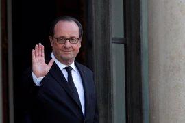 """Hollande dice que el referéndum demuestra que Turquía está """"dividida"""" y pide al Gobierno que dialogue"""