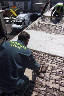 La droga iba oculta en dobles fondos del techo del semirremolque