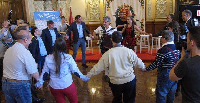 Autoridades bailan junto a alumnos de Asprona en la presentación de la 40 Marcha