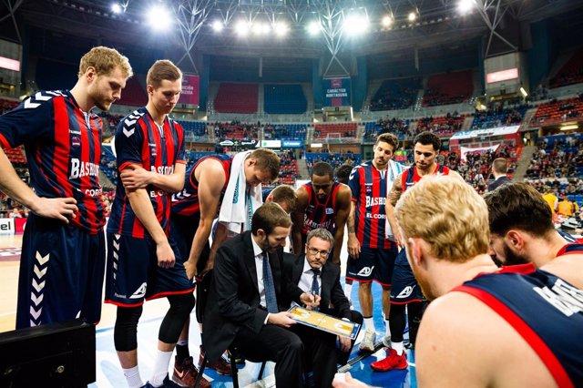 Sito Alonso (Baskonia) da instrucciones a su equipo