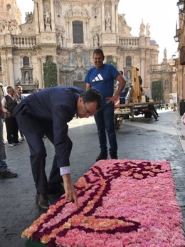 El alcalde supervisa los mantos de flores