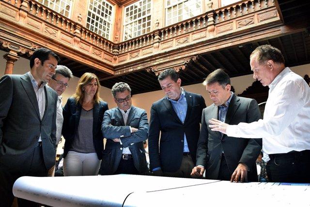 Carlos Pallés explica el proyecto a los presentes