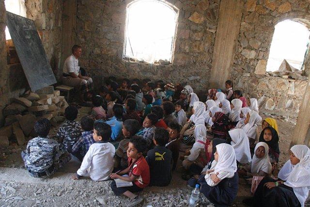 Niños asisten a clase en Taiz