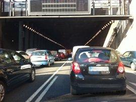 Los accesos a Madrid y carreteras del norte peninsular registran varios kilómetros de retenciones