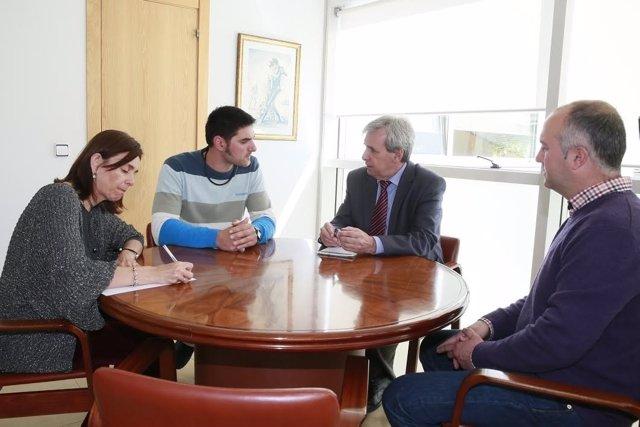 De la Sierra recibe al nuevo alcalde del Valle de Villaverde
