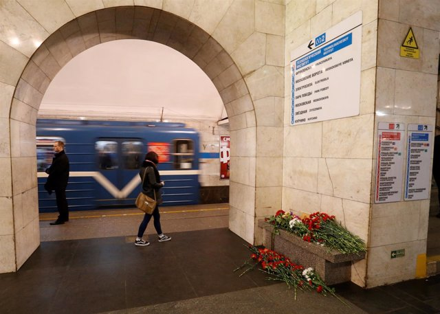Flores por las víctimas del atentado de San Petersburgo en una estación de metro