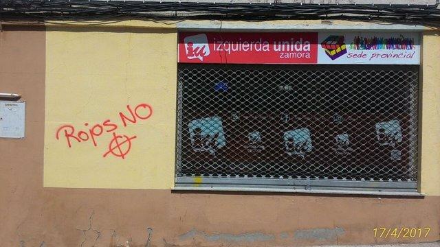 Pintada junto a la sede de Izquierda Unida