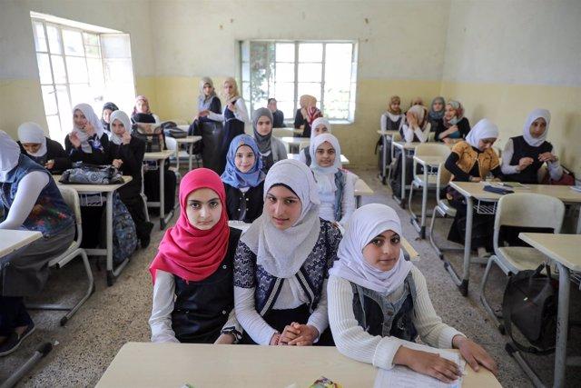 Niñas estudiantes vuelven a clase en Mosul