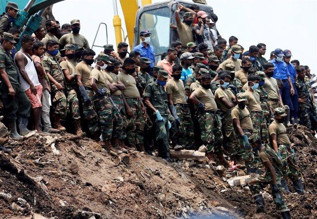 Militares tras el derrumbe del  vertedero de Colombo