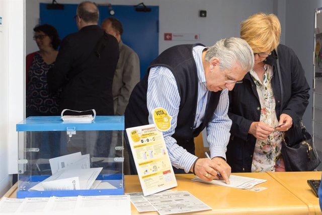 Vecinos de Zaragoza votando en los presupuestos participativos