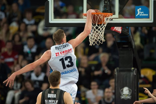 Pustovyi machaca ante Buva en el Bilbao Basket-Rio Natura Obradoiro