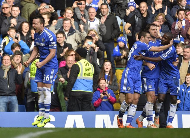 Terry celebra con sus compañeros la victoria ante el Everton