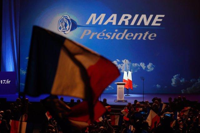 Estrado de un acto de campaña de Marine Le Pen en París