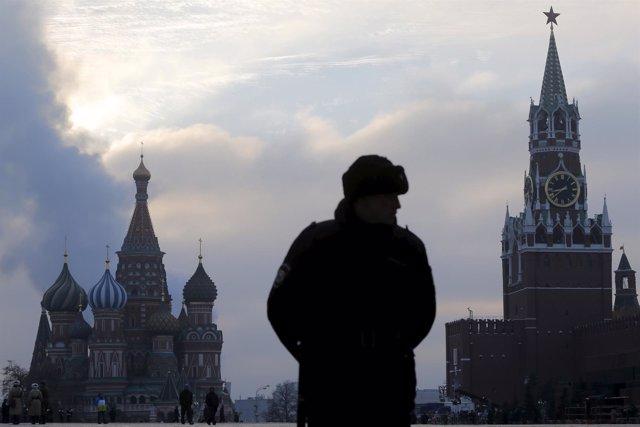 La plaza Roja de Moscú con el Kremlin y la catedral de San Basilio