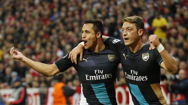 Alexis Sánchez y Mesut Ozil con el Arsenal