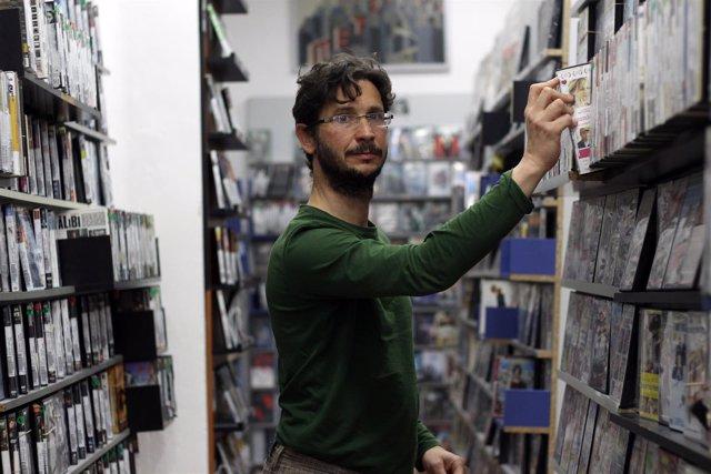 Andrés Santana, propietario del videoclub.